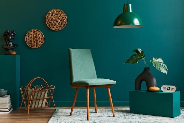 Concept élégant d'intérieur de salon avec chaise design, feuille tropicale dans un vase beige, horloge, tapis rétro, décoration, suspension et accessoires dans une décoration vintage moderne