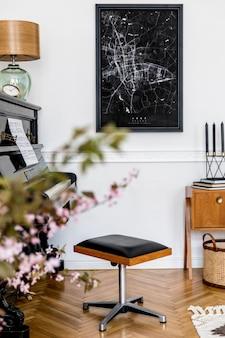 Concept élégant de maquette d'affiche avec piano noir, tabouret design, meubles, fleurs printanières, bougies, lampe de table, tapis et accessoires élégants dans un décor moderne.