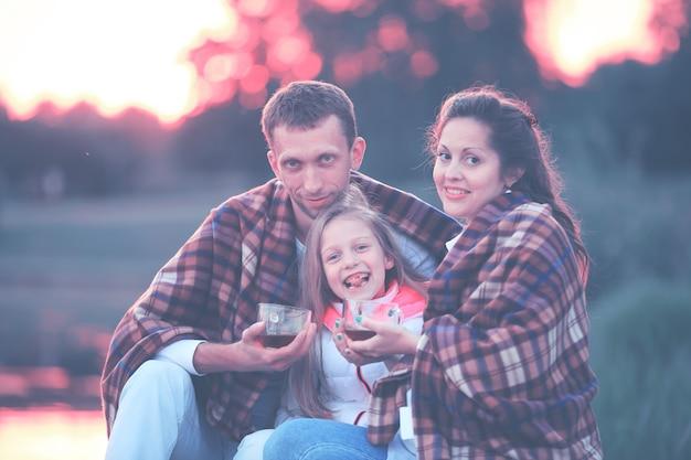 Concept d'élever des enfants une famille heureuse enveloppée dans un blanke