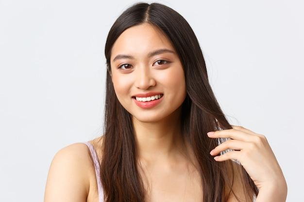 Concept d'émotions beauté, mode et personnes. portrait de gros plan de la belle femme asiatique coquette
