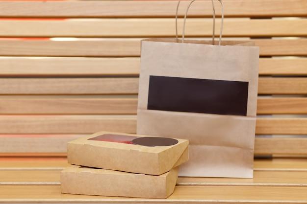 Concept à emporter. boîtes alimentaires avec sushi et petits pains