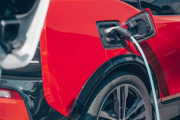 Concept d'énergie alternative écologique, recharge automatique de voiture électrique à la station de charge, véhicules à énergie