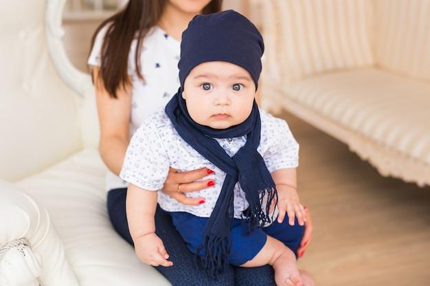 Concept d'enfant, d'enfance et de nourrisson - gros plan d'un petit garçon heureux à la maison avec sa mère