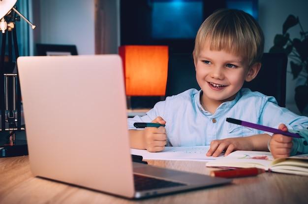 Concept d'enseignement en ligne à distance ou de divertissement sur internet pour les enfants