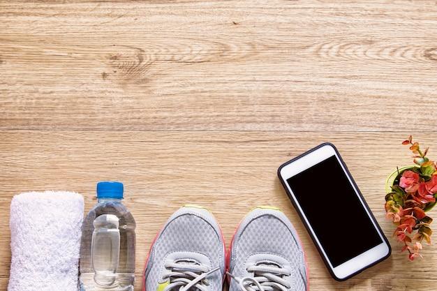 Concept d'entraînement sain de rayon plat avec smartphone d'appareil de fitness maquette