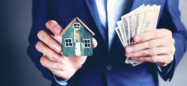 Concept d'entreprise achetant une maison ou vendant