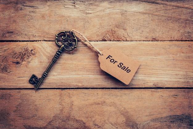 Concept d'entreprise - ancien cru en bois avec étiquette à vendre.
