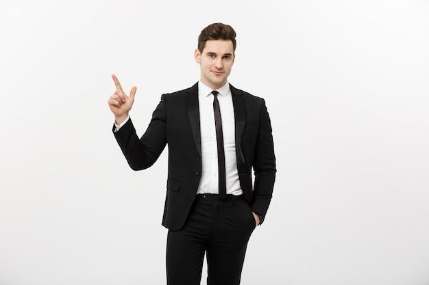 Concept d'entreprise : bel homme d'affaires avec un doigt pointé vers le haut isolé sur fond blanc