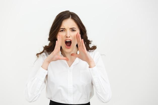 Concept d'entreprise: closeup portrait d'une femme d'affaires crier