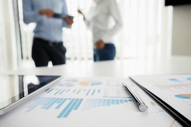 Concept d'entreprise avec copie. table de bureau avec lunettes focus et tableau d'analyse ordinateur ordinateur portable tasse de café sur le bureau. tonalité d'entrée rétro effet de filtre. mise au point sélective.