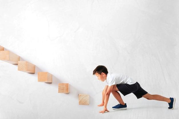Un concept d'entreprise de croissance. jeune homme d'affaires gravissant les échelons de carrière