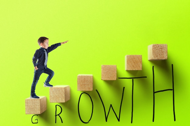 Concept d'entreprise de croissance. jeune homme d'affaires gravissant les échelons de carrière