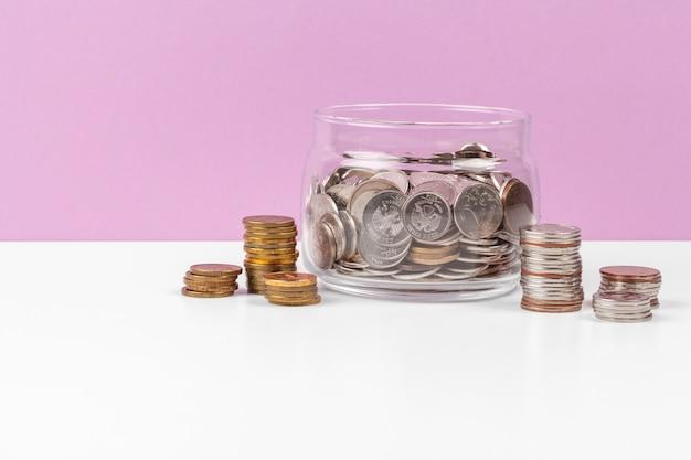 Concept d'entreprise, économiser la planification avec des pièces de monnaie dans un bocal en verre