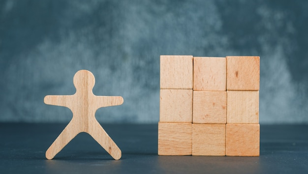 Concept d'entreprise et d'emploi avec des blocs de bois avec l'icône du cœur à ce sujet.