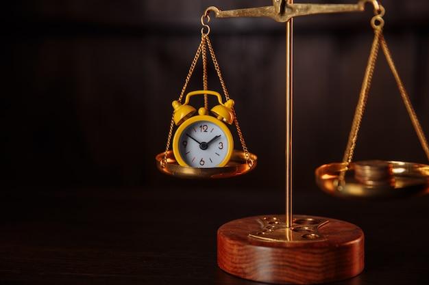 Concept d'entreprise. équilibrer le temps et l'argent