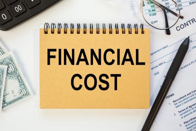 Concept d'entreprise - espace de travail bureau et cahier d'écriture coût financier
