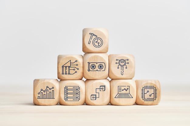 Concept d'entreprise d'exploitation minière de crypto-monnaie avec des icônes sur des blocs de bois.
