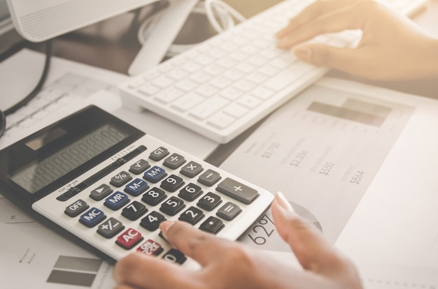Concept d'entreprise des finances et de la comptabilité avec une feuille de papier de données de planification.