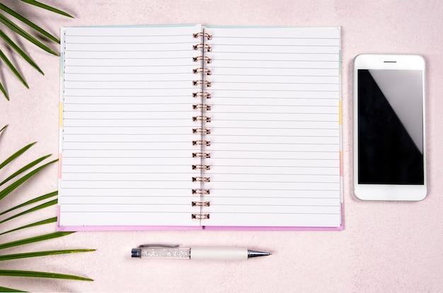Concept d'entreprise sur fond rose
