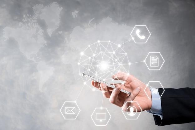Concept d'entreprise gros plan de l'homme à l'aide de téléphone intelligent mobile et icône infographique de la technologie communautaire numérique.