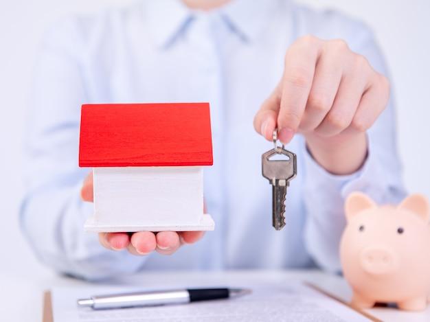 Concept d'entreprise - jeune femme asiatique en maison de vente de chemise bleue, assurance habitation, prêt, taxe avec contrat signé, gros plan.