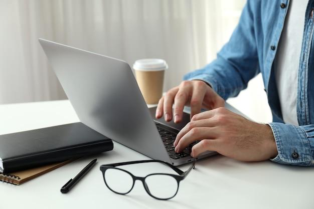 Concept d'entreprise avec jeune homme travaillant sur ordinateur portable.
