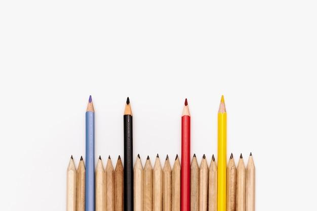 Concept d'entreprise de leadership. crayon de couleur sur fond blanc