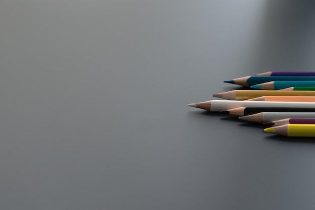 Concept d'entreprise de leadership. mine de crayon de couleur blanche autre couleur sur fond noir