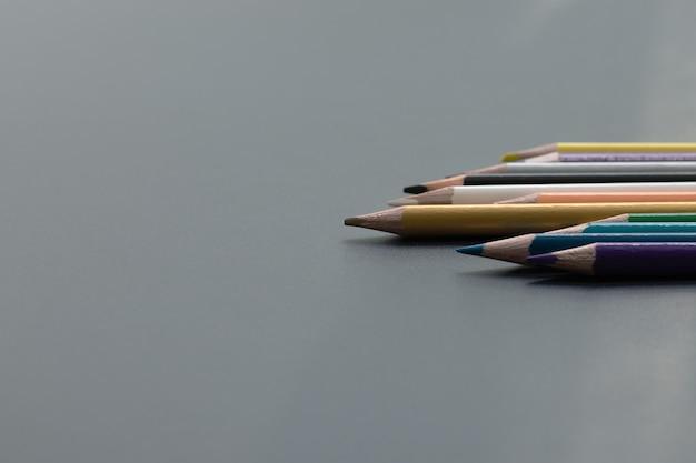 Concept d'entreprise de leadership. mine de crayon de couleur or, autre couleur sur fond noir
