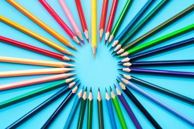 Concept d'entreprise de leadership. mine de crayon de couleur orange, autre couleur