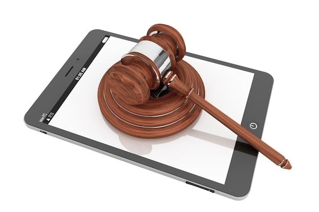 Concept d'entreprise en ligne. tablet pc avec un marteau sur fond blanc