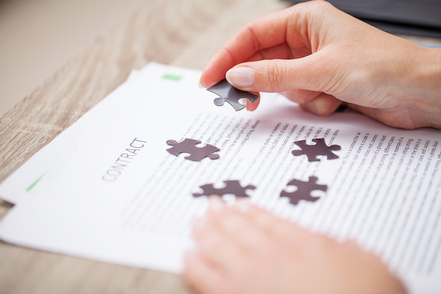 Concept d'entreprise, les mains de la femme constituent un puzzle symbolisant le succès de l'entreprise