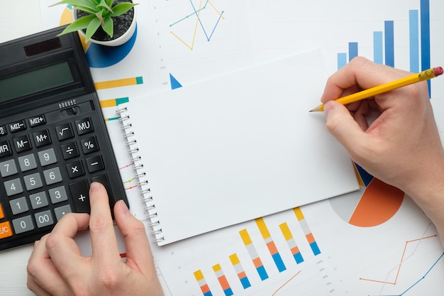 Concept d'entreprise de personne prenant des notes dans l'espace de copie de cahier.