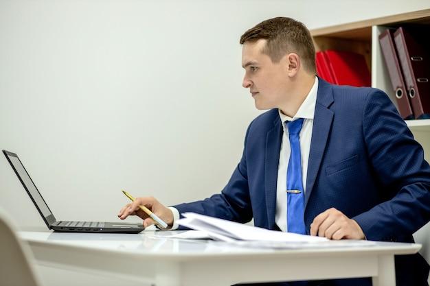 Concept d'entreprise de personnes d'avocat de courtier de notaire exécutif de collier de succès d'avocat de lieu de travail. recruteur d'agent immobilier concentré, beau, pensif, intelligent et intelligent, utilisant un netbook au travail.