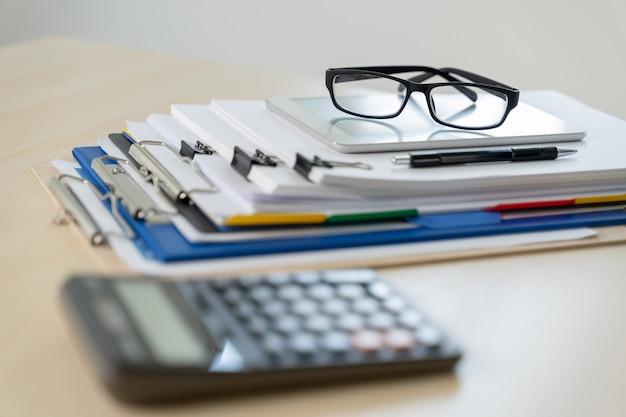 Concept d'entreprise pile de documents graphique financière au succès de l'emploi