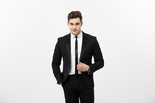 Concept d'entreprise : portrait de bel homme d'affaires isolé sur fond gris.