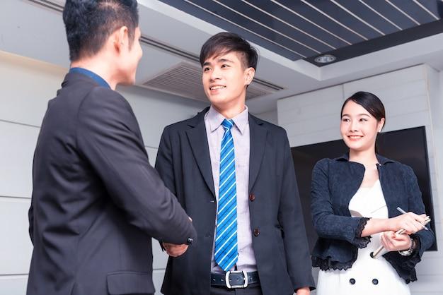 Concept d'entreprise réussi et objectif. travail en équipe et développement personnel.
