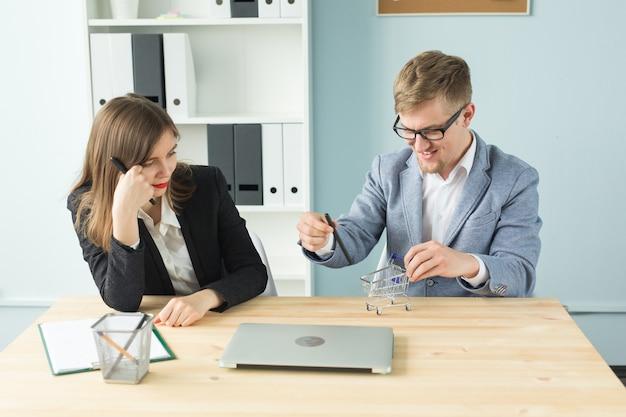 Concept d'entreprise, de travail d'équipe et de personnes - deux travailleurs se reposent pendant une pause