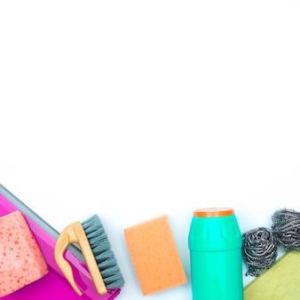 Concept d'entretien ménager avec produits de nettoyage