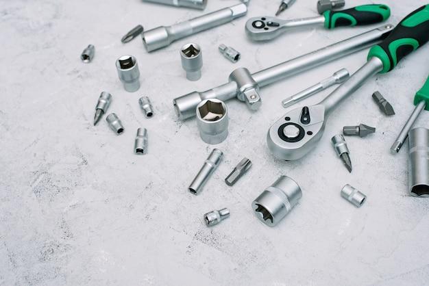 Concept d'entretien et de réparation de voitures. jeu d'outils en acier inoxydable chromé. tournevis, clé, clé. mise à plat.