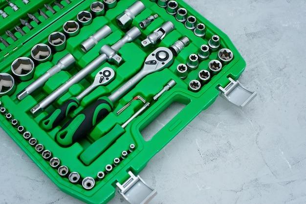 Concept d'entretien et de réparation de voitures. jeu d'outils en acier inoxydable chromé. tournevis, clé, clé.
