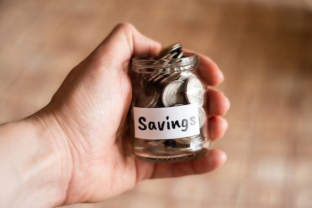 Concept d'épargne d'argent - bocal en verre avec des pièces.