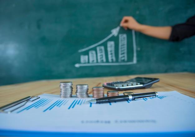 Concept d'épargne de l'argent, graphique, piles de pièces de monnaie, graphique et stylo, copie espace.selective focus, couleur vintage