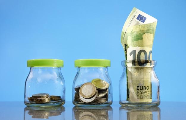 Concept d'épargne et d'investissement, montant d'argent en pots en augmentation.