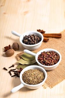 Concept d'épices exotiques épices asiatiques chinoises mélanger les grains de poivre de sichuan