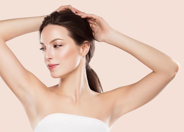 Concept d'épilation des aisselles femme main sur une peau propre. prise de vue en studio.