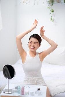 Concept d'épilation de la peau propre et saine des aisselles bras vers le haut