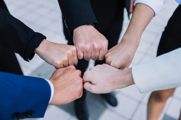 Concept d'équipe affaires avec les poings