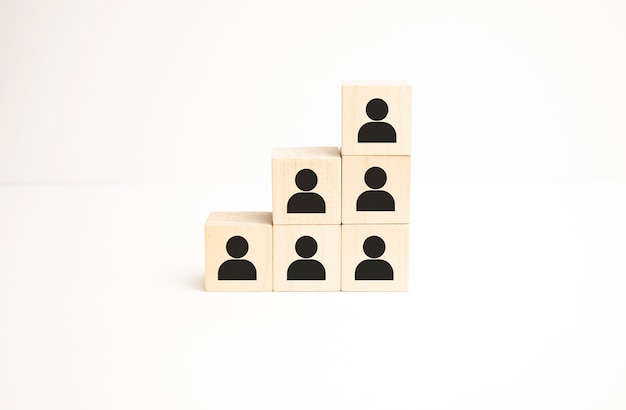 Concept d'équipe de création d'entreprise de gestion des ressources humaines et de recrutement. bloc de cube en bois sur le dessus avec icône