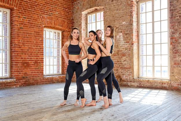 Concept d'équipe, mouvement, vie, sport, beauté, réussite. belles filles de fitness dans une salle de fitness, s'amuser avant une séance d'entraînement.